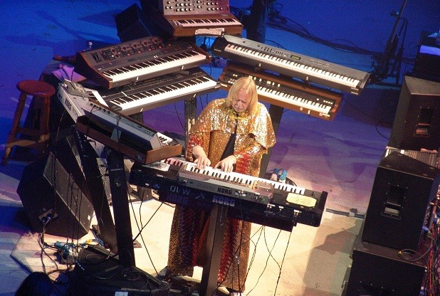 rick-wakeman-on-stage-with-keyboards